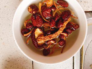 茶树菇水鸭汤,用开水泡5分钟。