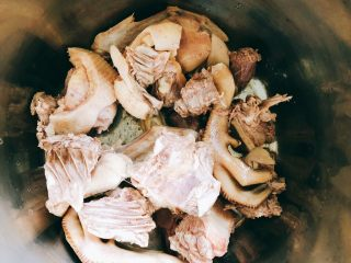 茶树菇水鸭汤,待锅里水再次烧开,且肉变色后,捞起鸭肉。