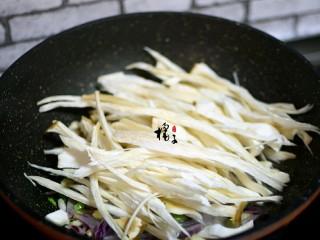 手撕蚝油杏鲍菇,再加入杏鲍菇,翻炒,一会儿就,能炒出水分来,这时候还要继续翻炒,把杏鲍菇里的水分都炒干就可以了
