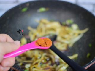 手撕蚝油杏鲍菇,加辣椒粉,炒匀