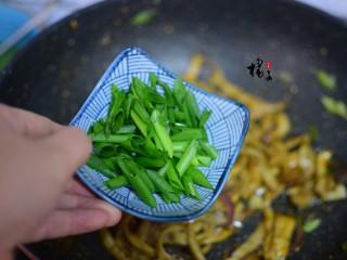 手撕蚝油杏鲍菇,加葱段,炒匀即可