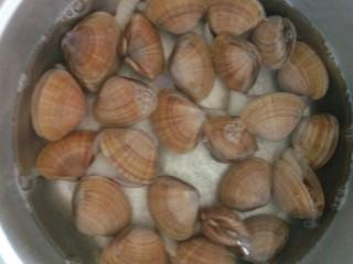蚝油炒黄蚬子,黄蚬子放入盆里,加入清水