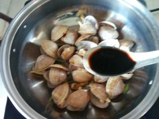 蚝油炒黄蚬子,加入两小勺生抽