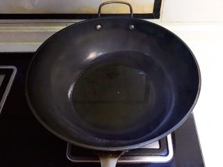 红油猪血豆腐,炒锅烧热后放入菜籽油