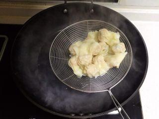 宝宝健康食谱  小金鱼虾仁猪肉抄手,把煮熟的抄手捞出来