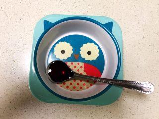 宝宝健康食谱  小金鱼虾仁猪肉抄手,调制碗汁:在碗里加入1勺生抽