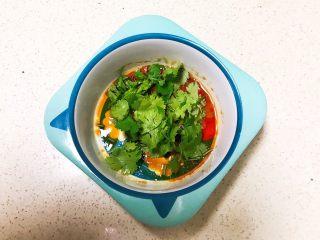 宝宝健康食谱  小金鱼虾仁猪肉抄手,加入香菜末