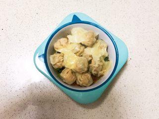 宝宝健康食谱  小金鱼虾仁猪肉抄手,放入碗里