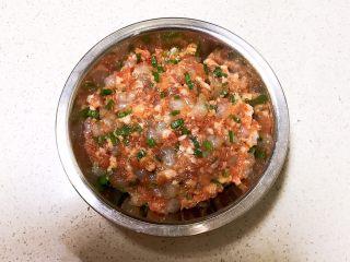 宝宝健康食谱  小金鱼虾仁猪肉抄手,把调好的虾仁猪肉馅放入盘里,静止入味15分钟