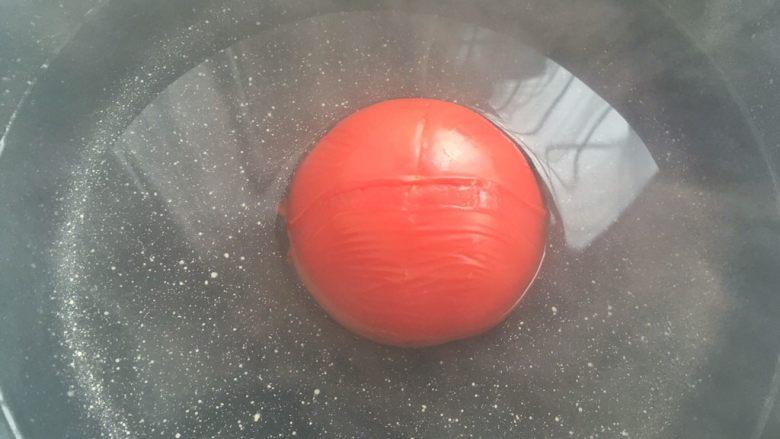 虾滑蝴蝶意面,<a style='color:red;display:inline-block;' href='/shicai/ 3551'>西红柿</a>用刀在表面划一下,放入热水中滚一会儿脱皮
