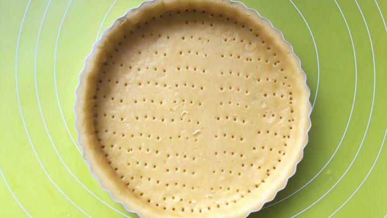 柿柿如意挞,用叉子在挞的底部叉上均匀的洞洞