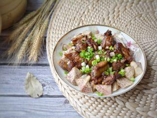 荔浦芋头蒸排骨,蒸好的菜,再撒上葱花,更香