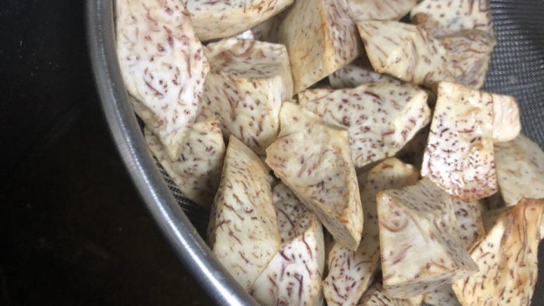 荔浦芋头蒸排骨,芋头边边翻焦色,捞起来