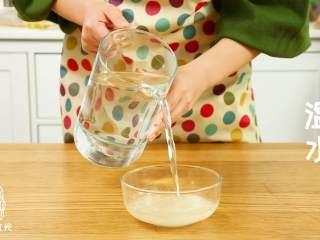 迷你披萨24m+辅食,糖、盐、酵母加温水搅拌均匀,水量大概130g左右。