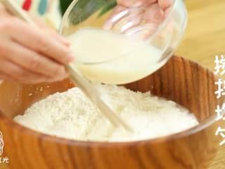 迷你披萨24m+辅食,用搅拌好的酵母水和面,先搅成絮状,再揉成面团。