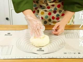 迷你披萨24m+辅食,加入黄油,揉十分钟左右,面团与黄油充分融合。
