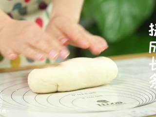 迷你披萨24m+辅食,把面团揉成长条状,均匀地切成7等份。