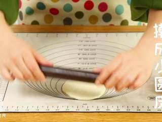 迷你披萨24m+辅食,每一块揉圆后,擀成圆片,大概10厘米左右。