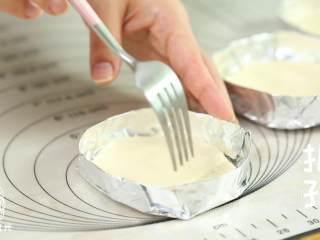 迷你披萨24m+辅食,锡纸用杯子底做模,围成一个小圆托,将面皮放进去,用叉子扎孔。