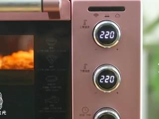 迷你披萨24m+辅食,放入烤箱,上下火220度,烤10分钟,取出。