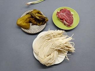 酸爽开胃《酸菜肉丝面》,新鲜的面条早餐可以说是两个人的分量。