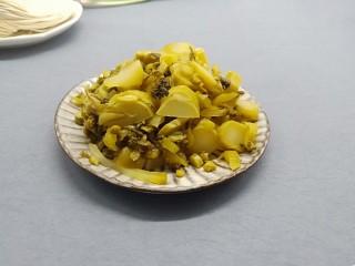 酸爽开胃《酸菜肉丝面》,酸菜洗一下捏去水份、切成丝。