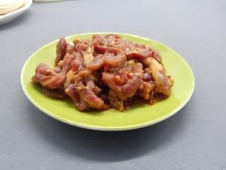 酸爽开胃《酸菜肉丝面》,牛肉横着切成丝、加生抽、料酒、番薯粉上浆、腌制10分钟。