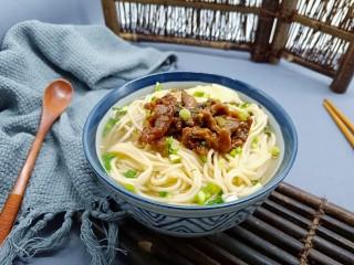 酸爽开胃《酸菜肉丝面》,面条碗里加几勺牛肉汤、加上炒好的酸菜肉丝,拌拌即可吃。酸爽的口感绝对能征服你那挑剔的味蕾。