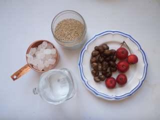 冰糖葫芦,准备好食材,山药豆和山楂仔细清洗干净,芝麻小火炒熟