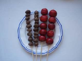 冰糖葫芦,用竹签子把山药豆和山楂串起来