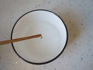 冰糖葫芦,熬到有小气泡,用筷子沾糖液到冷水里,如果凝固以后是脆的,就说明糖熬好了。