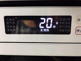 小青菜鸡架汤,解冻好之后的鸡放入烤箱,180°烤20分钟