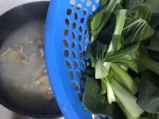 小青菜鸡架汤,20分钟后放入小青菜