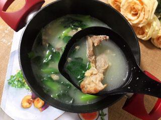 小青菜鸡架汤,非常好吃(❀ฺ´∀`❀ฺ)ノ