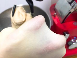 奶油吐司面包,取一小块面团揉开,出手套膜。
