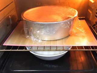 奶油吐司面包,烤箱发酵档,底部放一碗热水,发酵60分钟。