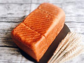 奶油吐司面包,烤完立即脱模冷却。