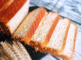 奶油吐司面包,冷却后用蛋糕分离器切片,奶香浓郁的吐司可以品尝了。
