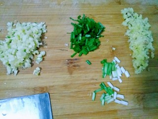 剁椒鱼头,把葱姜蒜切好