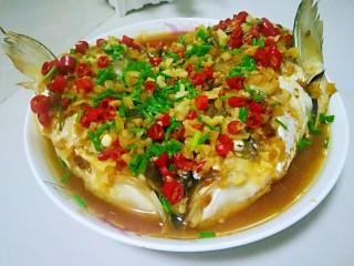 剁椒鱼头,再撒上葱花,另起锅烧一点油,油开后直接浇到鱼头上即可