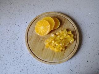 香橙烤吐司—清新香甜的早餐,橙子去皮后切成小丁。