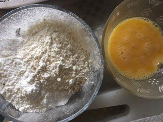 海苔天妇罗,所有粉类放到一个碗里,鸡蛋液打散,水放到冰箱冷藏一会儿