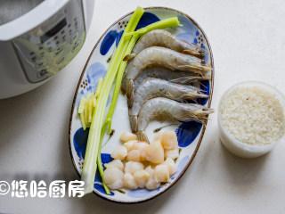 鲜虾干贝粥,准备材料,白虾化冻,扇贝柱是新鲜的,准备一点姜丝去腥,海鲜的用量随意,多点少点都可以的。