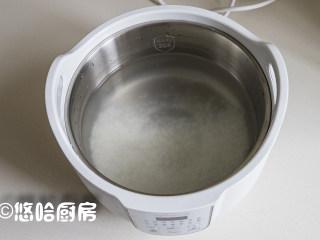 鲜虾干贝粥,大米淘洗干净,提前浸泡30分钟,放入炖锅中,加入清水,米水的比例是1:12,喜欢喝浓稠一点粥的,水可以少放一点,小编用的炖锅还是这几天一直在用的桃花盏,挺方便的。