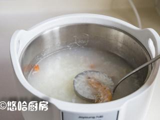 鲜虾干贝粥,待煲粥离结束还有20分钟的时候,放入白虾、扇贝柱、姜丝继续煲。小编是用手机设定好时间,到时间会提醒,这样啥事也不耽误。