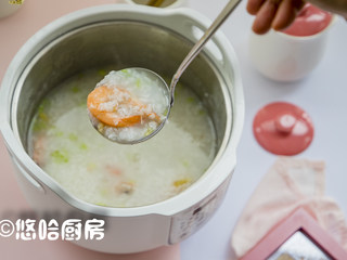 鲜虾干贝粥,待烹饪结束后,撒入芹菜碎即可,小编没放盐,就感觉这粥特鲜,是否放盐根据个人的喜好来定了。