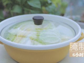 不孤独的部队火锅「厨娘物语」,1颗白菜切成4份洗净,每一片叶子均匀的抹上泡菜盐,腌制脱水6小时以上。(觉得盐比较多难融化可以再撒上一点水)