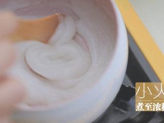 不孤独的部队火锅「厨娘物语」,锅内倒入30g糯米粉,加入350ml清水搅拌至无颗粒,开小火煮至浓稠,加入打好的果泥、20g糖、20ml鱼露、3大勺韩式辣椒粉、10g韭菜搅拌均匀,腌制泡菜的酱料就做好啦~