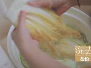 不孤独的部队火锅「厨娘物语」,将用盐腌制的白菜,洗去盐份挤干,倒入泡菜酱,均匀的涂抹在每片菜叶上。