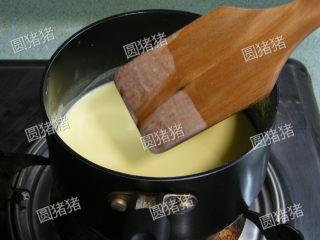 可可奶冻卷,用小火一边搅拌一边煮至浓稠即成为蛋奶浆(马上离火)